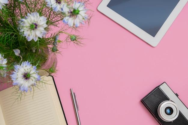 Draufsicht auf den arbeitsbereich eines bloggers oder freiberuflers