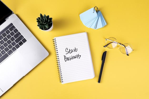 Draufsicht auf den arbeitstisch mit verschiedenen office-tools