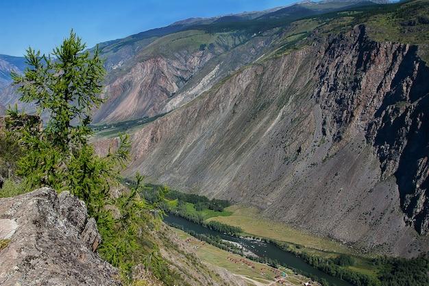 Draufsicht auf den chulyshman-fluss am katu-yaryk-pass im altai.