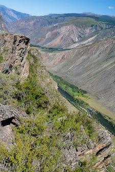 Draufsicht auf den chulyshman-fluss am katu-yaryk-pass im altai. Premium Fotos