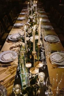 Draufsicht auf den gedeckten tisch mit blumen und kerzen geschmückt