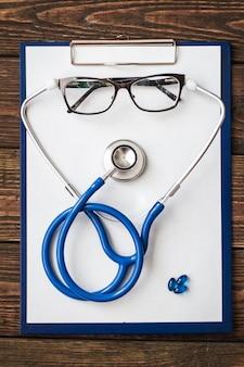 Draufsicht auf den schreibtisch des doktors