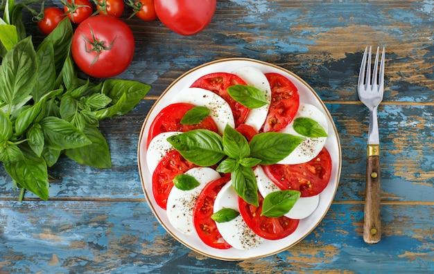 Draufsicht auf den traditionellen caprese-salat