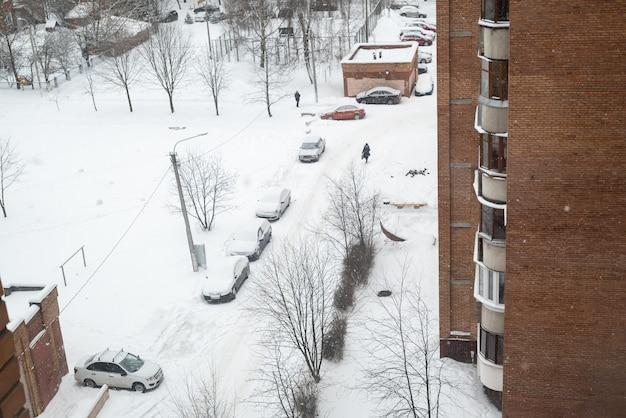 Draufsicht auf den verschneiten innenhof des wohngebiets