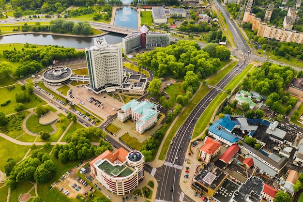 Draufsicht auf den victory park in minsk und den fluss svisloch und das hotel