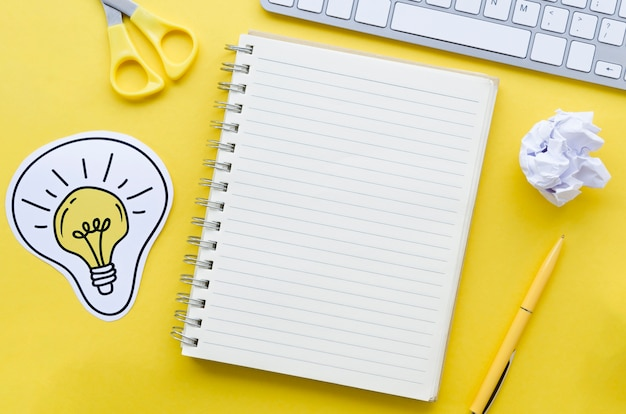 Draufsicht auf desktop mit notebook und tastatur