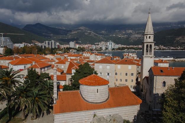 Draufsicht auf die altstadt von budva in montenegro