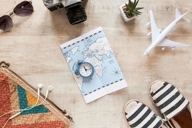 Draufsicht auf die anordnung der reiseartikel