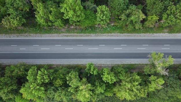 Draufsicht auf die autobahn, auf der autos und lastwagen fahren.