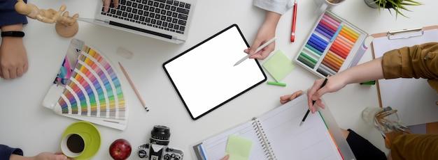 Draufsicht auf die beratung des designer-teams zu ihrem projekt auf minimalem arbeitsbereich