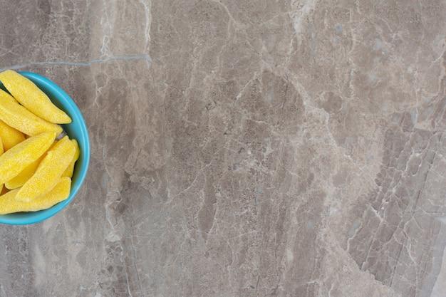 Draufsicht auf die hälfte des bogens im winkel. blaue schüssel voll mit gelbem winkel.