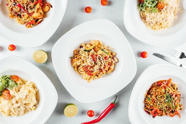 Draufsicht auf die köstlichen spaghetti mit paprika in der platte
