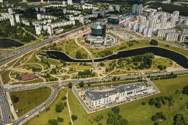 Draufsicht auf die nationalbibliothek und ein neues viertel mit einem park in minsk-der hauptstadt der republik belarus, einem öffentlichen gebäude.