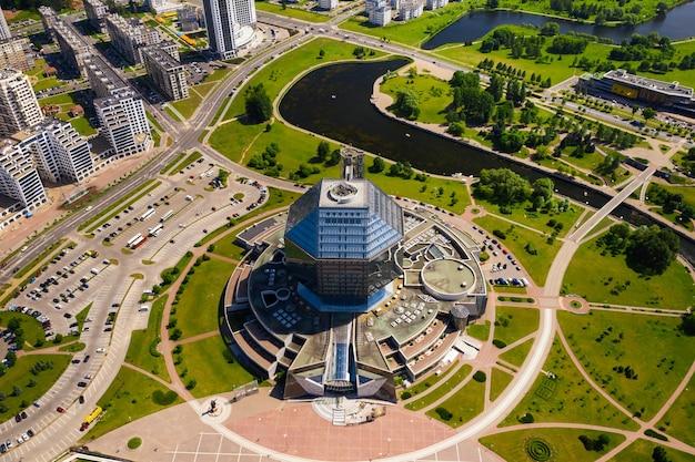 Draufsicht auf die nationalbibliothek und ein neues viertel mit einem park in minsk.