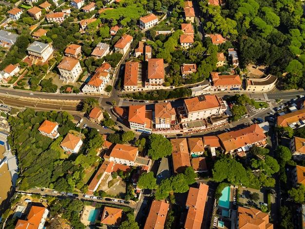 Draufsicht auf die stadt und die promenade in castiglioncello in der toskana. italien