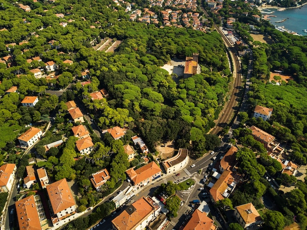 Draufsicht auf die stadt und die promenade in castiglioncello in der toskana
