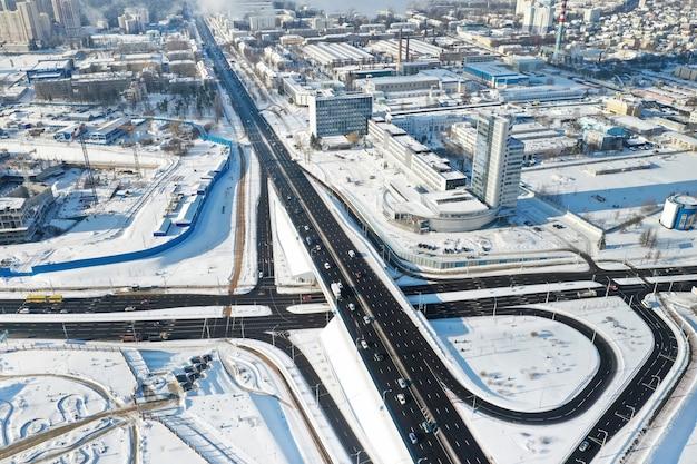 Draufsicht auf die winter independence avenue in minsk. ansicht der straßenkreuzung in minsk. weißrussland.