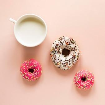 Draufsicht auf donuts mit streuseln und milch
