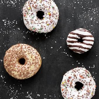 Draufsicht auf donutsortiment mit streuseln