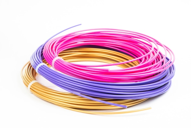 Draufsicht auf drei bunte gerollte filament-3d-stift-pla lokalisiert auf weiß