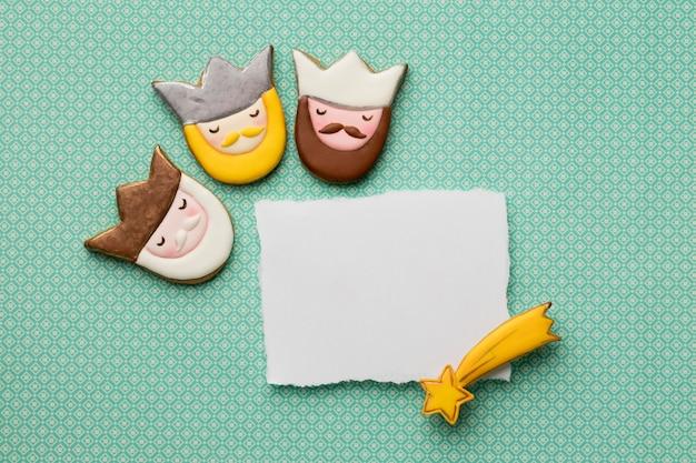 Draufsicht auf drei könige mit papier und sternschnuppe für dreikönigstag
