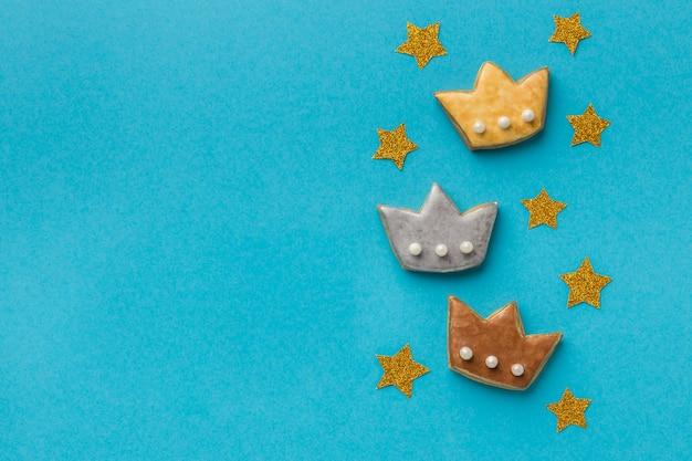 Draufsicht auf drei kronen für dreikönigstag mit kopierraum