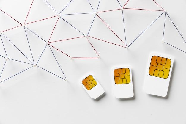 Draufsicht auf drei sim-karten mit internet-kommunikationsnetz