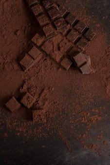 Draufsicht auf dunkle schokoladenblöcke zerschmetterte in stücke