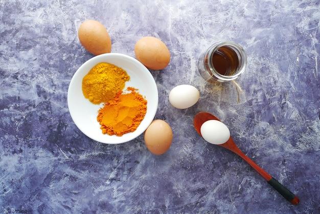 Draufsicht auf eier und kochzutat auf tisch