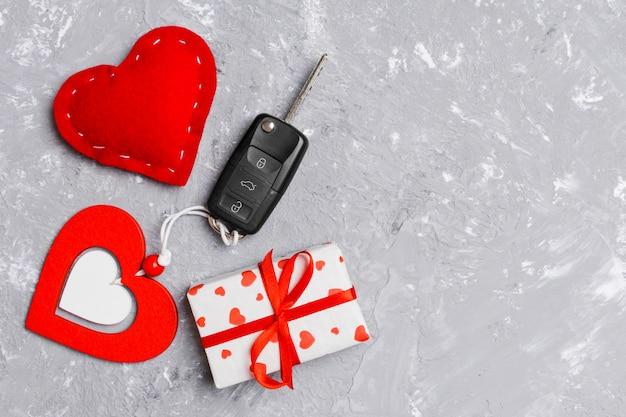 Draufsicht auf ein geschenk zum valentinstag mit autoschlüssel und herz