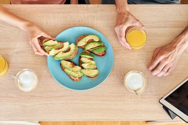 Draufsicht auf ein gesundes frühstück für zwei personen mit einer tablette auf dem tisch