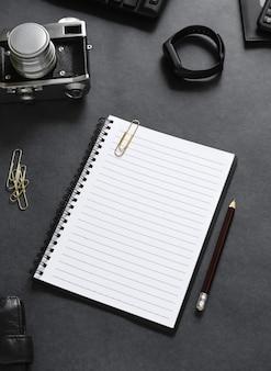 Draufsicht auf ein offenes notizbuch mit schreibwaren