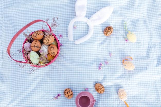Draufsicht auf ein osterferienpicknick mit gemalten eiern