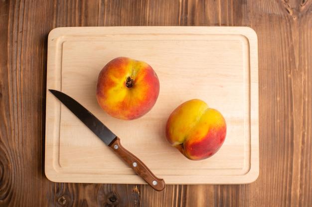 Draufsicht auf ein paar pfirsiche auf der holzoberfläche