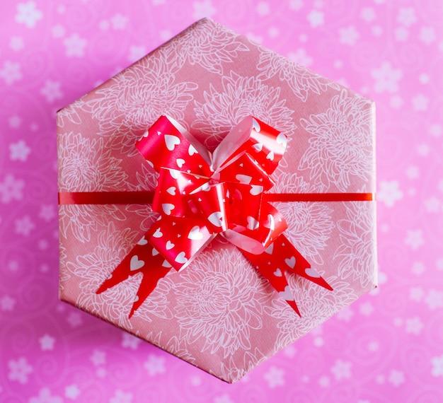 Draufsicht auf ein verpacktes weihnachtsgeschenk