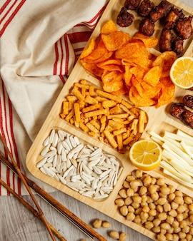 Draufsicht auf eine auswahl an snacks für bier auf dem tisch