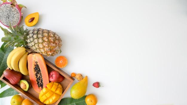 Draufsicht auf eine auswahl exotischer früchte in einer kiste und einem kopierraum