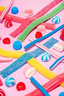 Draufsicht auf eine gemischte mehrfarbige süße süßigkeiten und lutscher