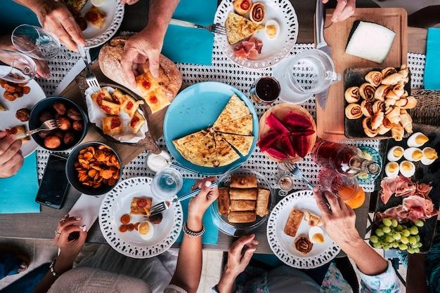 Draufsicht auf eine gruppe von freunden, die spaß beim gemeinsamen essen haben?
