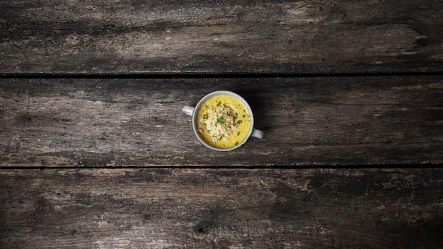 Draufsicht auf eine schüssel der köstlichen und gesunden veganen gelben linsensuppe, die mit der kugel reis serviert wird.
