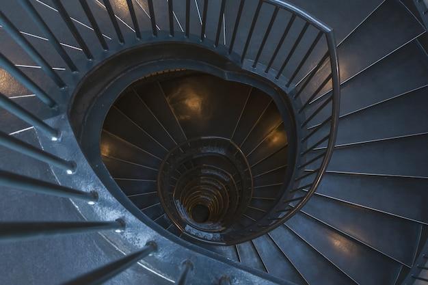 Draufsicht auf eine spiralförmige metalltreppe