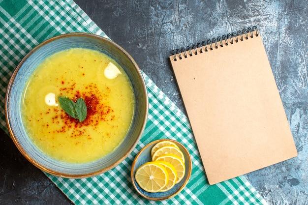 Draufsicht auf einen blauen topf mit leckerer suppe, serviert mit minze min
