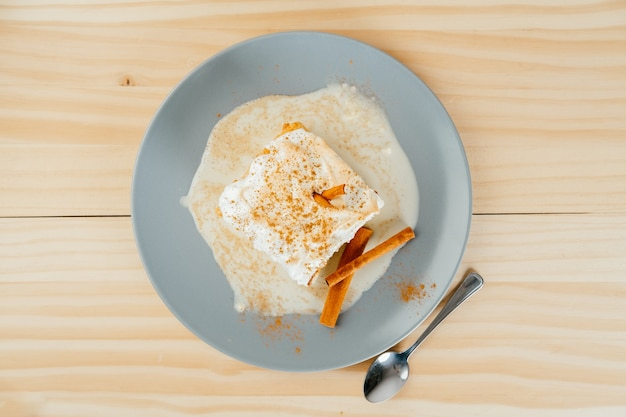 Draufsicht auf einen köstlichen dreimilchkuchen auf kiefernholzhintergrund, typisch lateinamerikanisches dessert