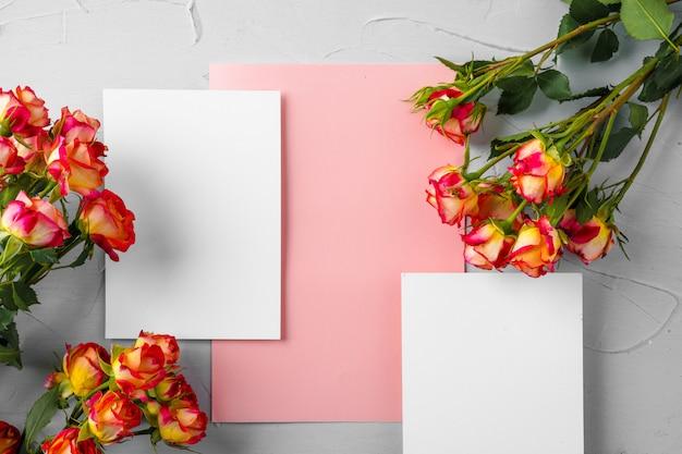 Draufsicht auf einen rosa papierbrief und blumen