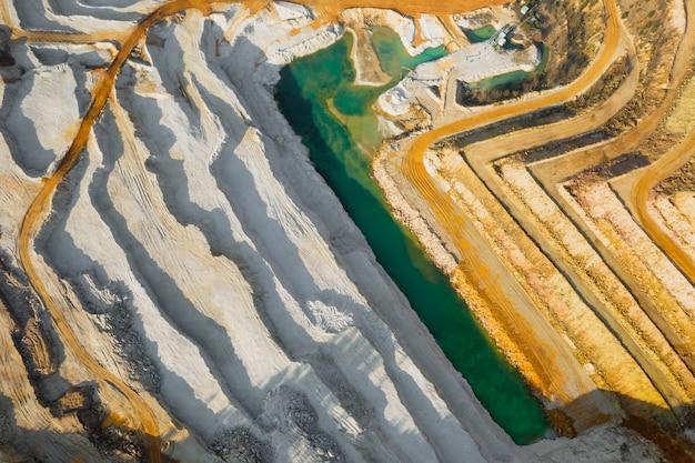 Draufsicht auf einen sandsteinbruch. luftaufnahme eines bergbaus von natürlichen ressourcen oder erz.