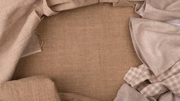 Draufsicht auf einfarbige farbige tücher mit kopierraum