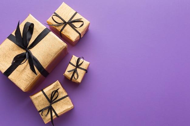 Draufsicht auf elegante geschenke mit kopierraum