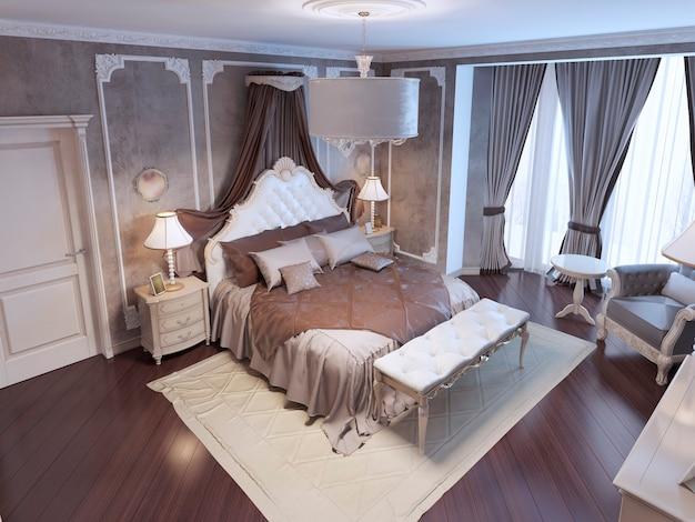 Draufsicht auf exklusiv gestaltetes bett mit kopfteil und vorhängen aus weißem ornament, weiche bank auf weißem teppich
