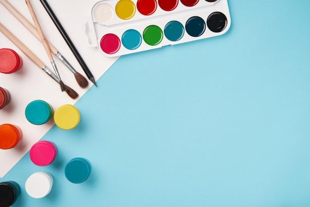 Draufsicht auf farbe und pinsel. schultisch draufsicht. kunstunterricht