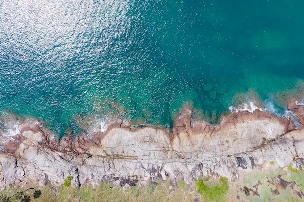 Draufsicht auf felsigen strand und blaues meer